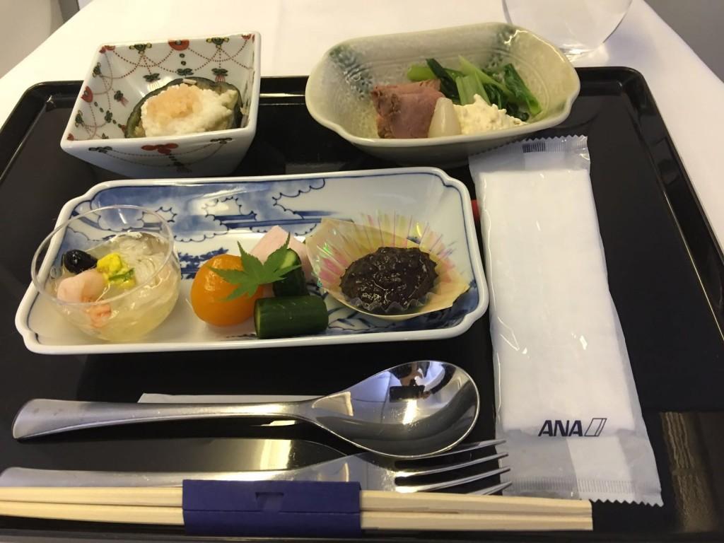 Le plateau repas ANA. Oshibori personnalisé, emballage semi-transparent